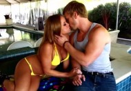 Video porno au bord de la piscine