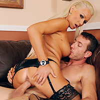 Blonde perverse qui adore le sexe anale